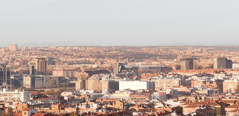 Vista del barrio de Adelfas, donde destaca el edificio blanco Adelfas 98.