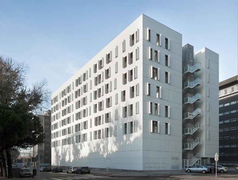El complejo residencial consta de dos bloques separados por una calle interior que proporciona luz.