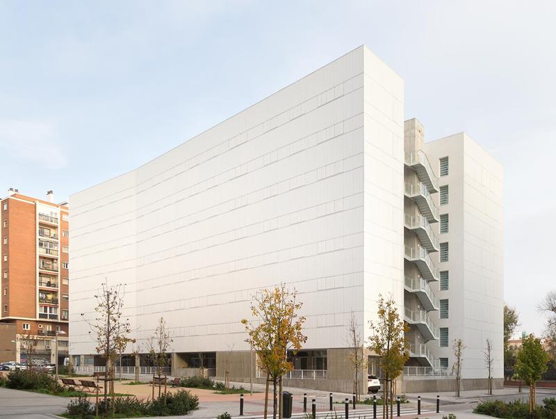 Todas las fachadas exteriores son de tipo ventilada de chapa miniondulada de acero galvanizado.