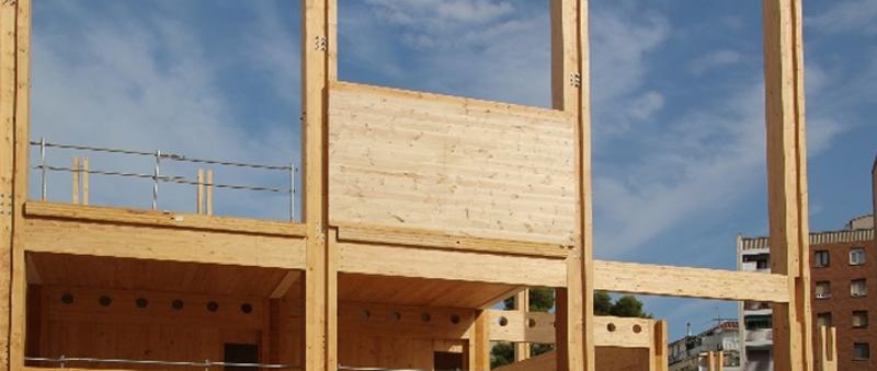 Montaje de la estructura de madera contra-laminada.