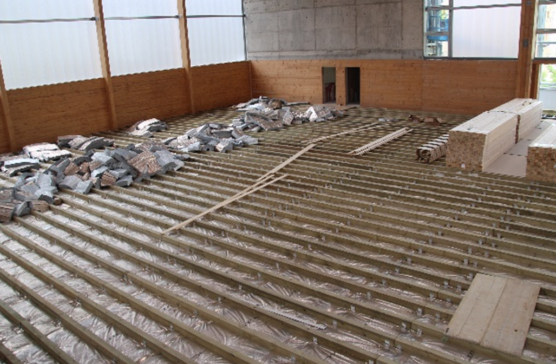 Colocación aislamiento térmico en el forjado entre piscina y pista.
