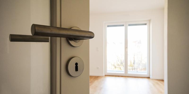puerta abierta del interior de una vivienda