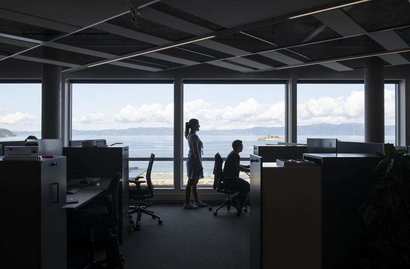 Infografía sobre el uso interior del espacio de oficinas, y las vistas al fiordo.