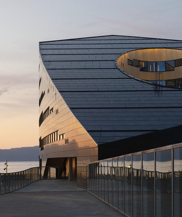 Su cubierta inclinada alberga 2.867 m2 de paneles solares.