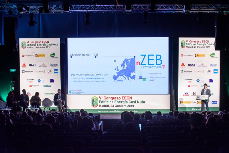 """Blas Beristain, de IDOM exponiendo su proyecto """"Desarrollo y puesta en práctica de una metodología hacia los ZEB coste-óptimos""""."""