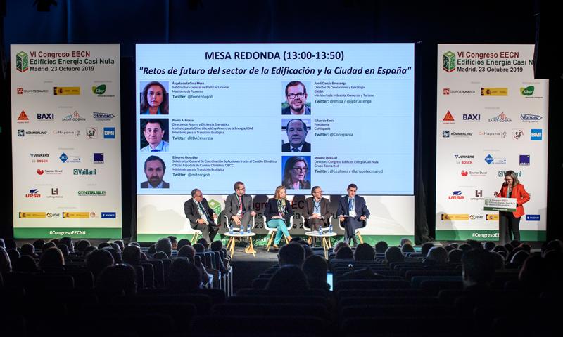 """La primera mesa redonda llevaba como título """"Retos de futuro del sector de la Edificación y la Ciudad en España"""" y fue moderada por Inés Leal."""