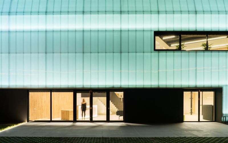 Figura 8. Fachada Ventilada SATE acabada con policarbonato retroiluminada. Zona de acceso principal al edificio.