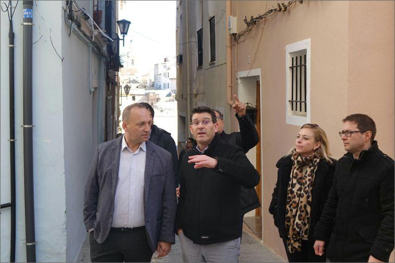 El vicepresidente segundo y conseller de Vivienda y Arquitectura Bioclimática, Rubén Martínez Dalmau, visitando las obras del barrio de la Vila y el centro histórico El Raval de Ontinyent.