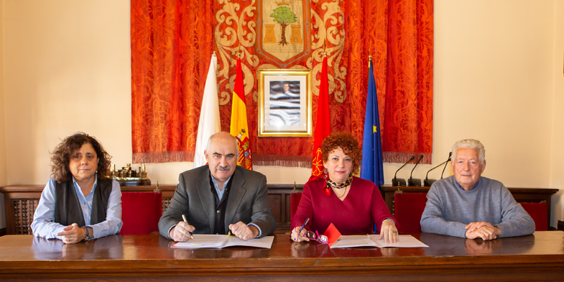 De izda a dcha: Ursúa, Aierdi, Garbayo y Pérez durante la firma.