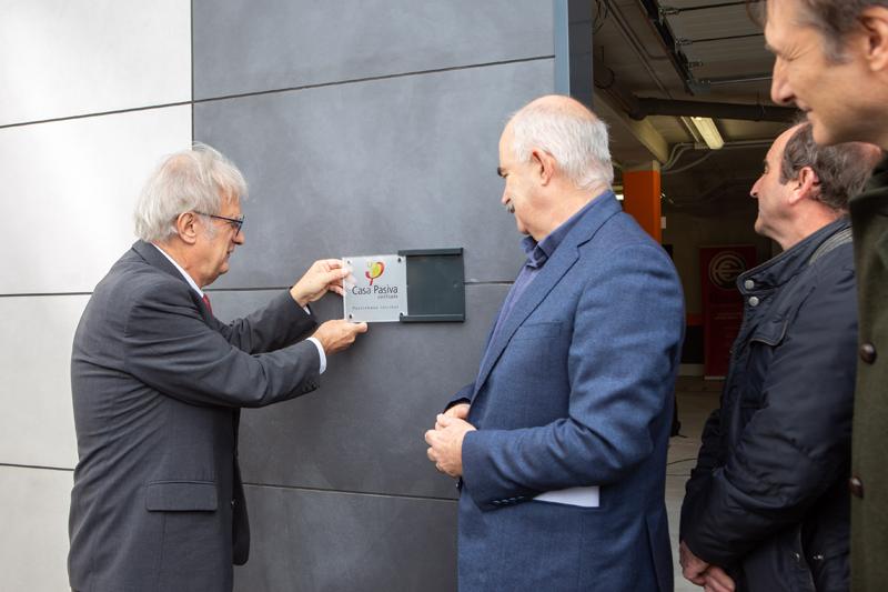 El director del Passivhaus Institut, Wolfgang Feist junto con el vicepresidente del Gobierno de Navarra, José Mª Aierdi durante el acto.