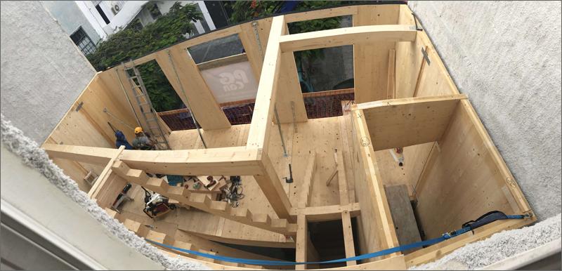 Foto tomada durante la construcción de la estructura de madera.