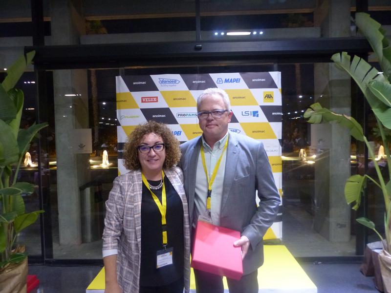 Consuelo Fontecha, vocal de Andimac y directora de BigMat Fontecha, otorga la placa de reconocimiento Jorge Viebig, gerente de Schlüter-Systems.