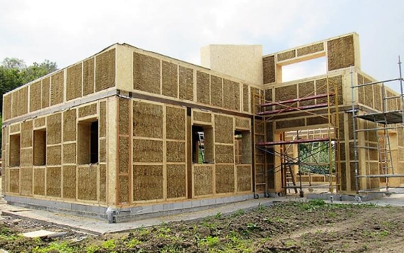 La casa de paja durante su construcción.