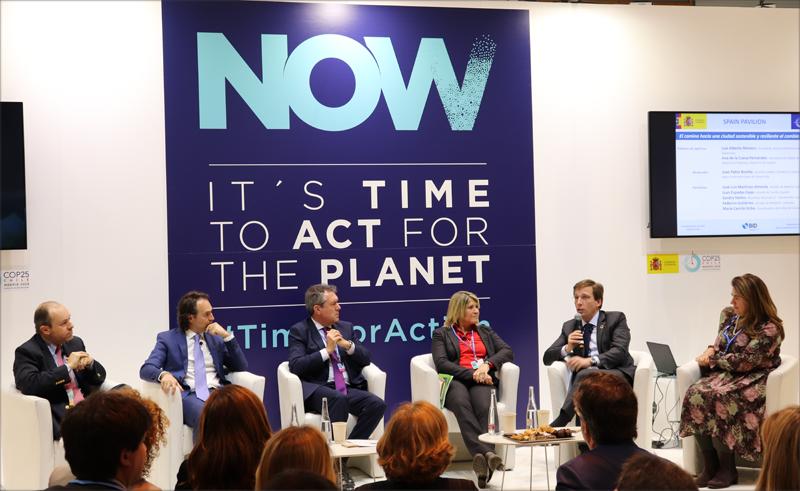 """Participantes de la mesa redonda """"El camino hacia una ciudad sostenible y resiliente al cambio climático""""."""