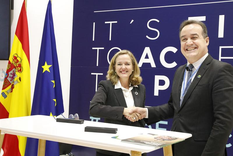 La ministra de Economía y Empresa en funciones, Nadia Calviño, y el director Ejecutivo del Fondo Verde para el Clima, Yannick Glemarec.