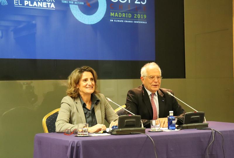 Teresa Ribera y Josep Borrell durante la presentación de la campaña.