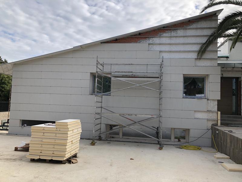 Fachada de la vivienda en proceso de construcción