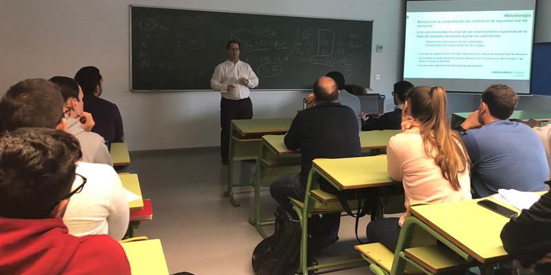 José Antonio Hurtado impartió la clase sobre el control y las patologías relacionadas con el suministro de hormigón preparado en construcción.