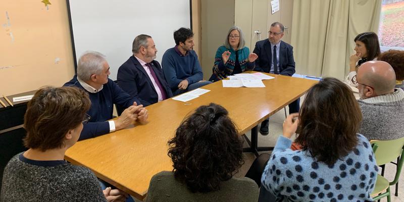 El delegado territorial de la Xunta en Lugo, José Manuel Balseiro, reunido con el alcalde, Manuel Lorenzo Varela, y con representantes de la comunidad educativa para dar a conocer los detalles del proyecto.