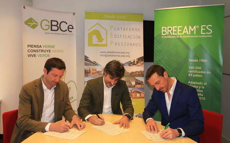 La firma del acuerdo ha sido ratificada por Bruno Sauer, director general de GBCe; Bruno Gutiérrez, presidente de PEP; y Javier Torralba, director de BREEAM en España (de izq. a dcha.).