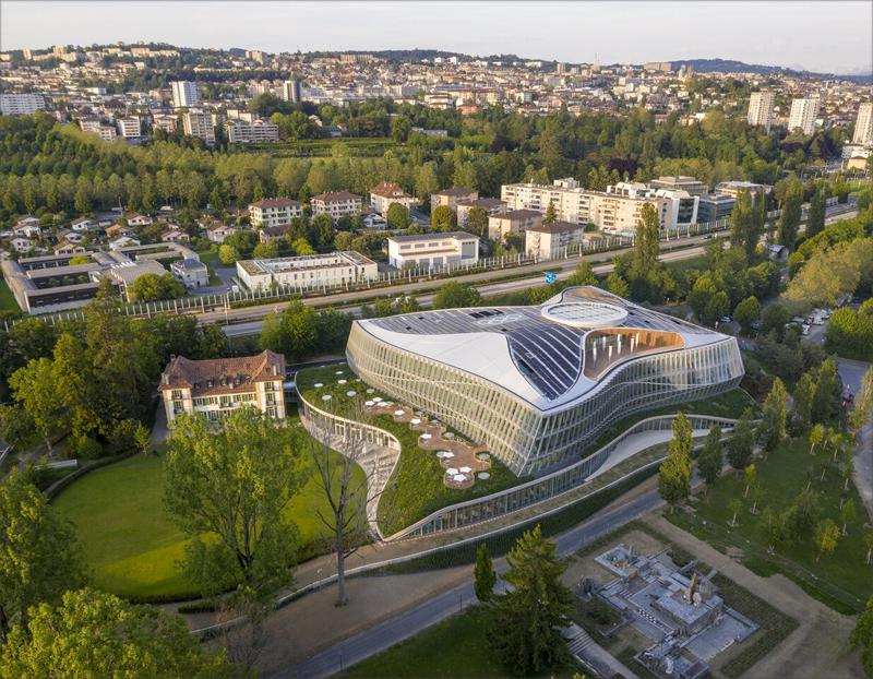 Olympic House ha sido construida en terrenos propiedad de las autoridades de la ciudad, y se ubica junto al Château de Vidy.