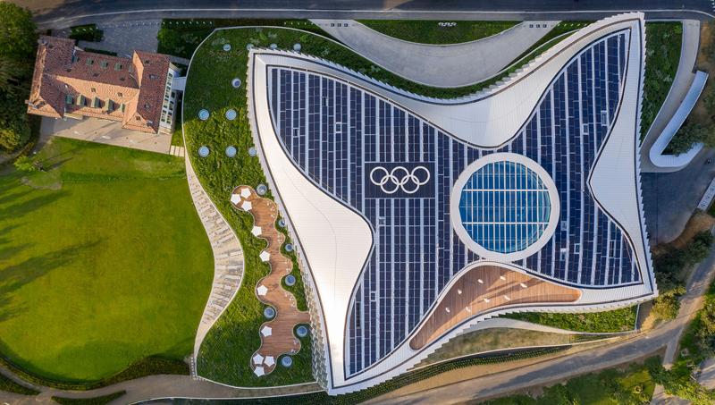 La cubierta de Olympic House está dotada con 1.000 placas solares para autoconsumo del edificio.