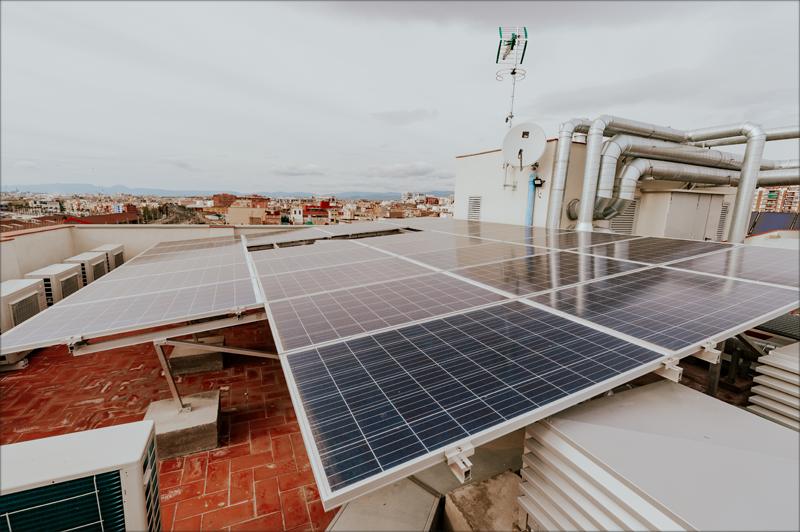 Placas fotovoltaicas instaladas en la cubierta para el autoconsumo del edificio.