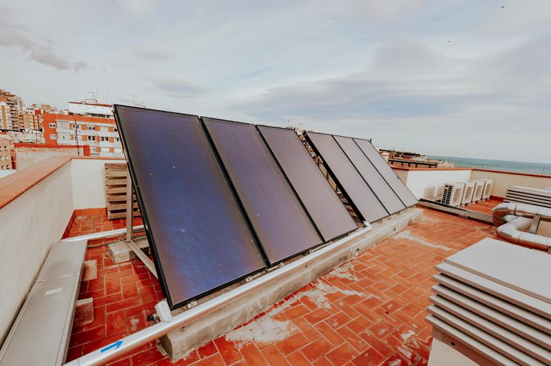 Captadores del sistema solar térmico, ubicado en la cubierta del edificio.