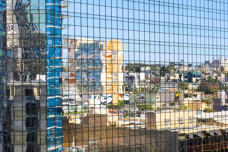 reflejo ciudad sobre el acristalamiento de un edificio