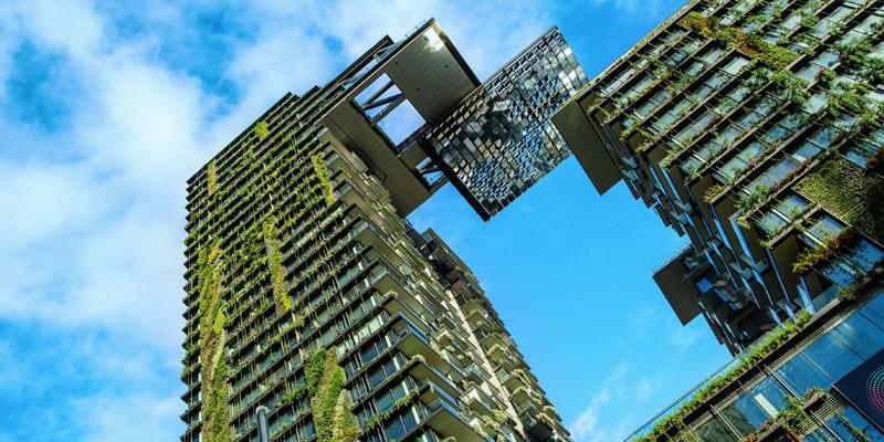 edificios sostenibles con jardín vertical en su fachada