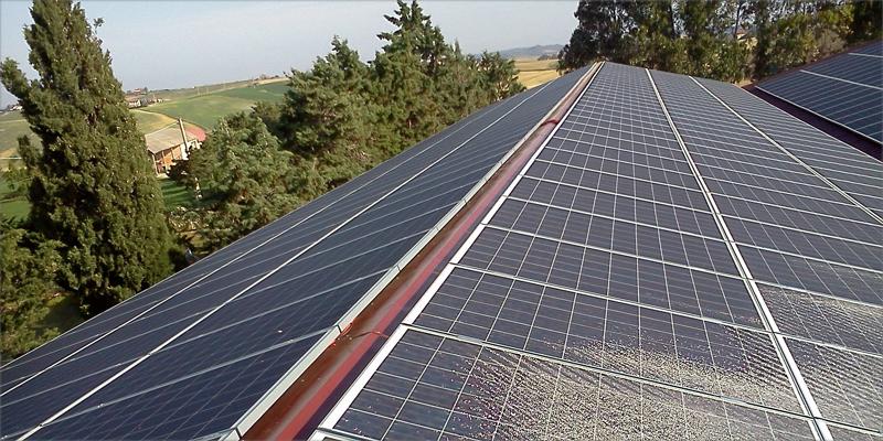 paneles solares instalados en la cubierta de un edificio para el autoconsumo