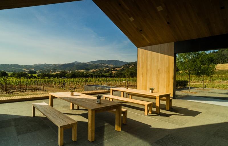 Uno de los patios exteriores diseñados como lugar de reunión de los visitantes y trabajadores.
