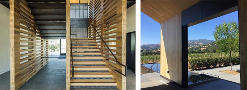 La escalera principal está hecha de madera, igual que muchos espacios del edificio, tanto exteriores como interiores.