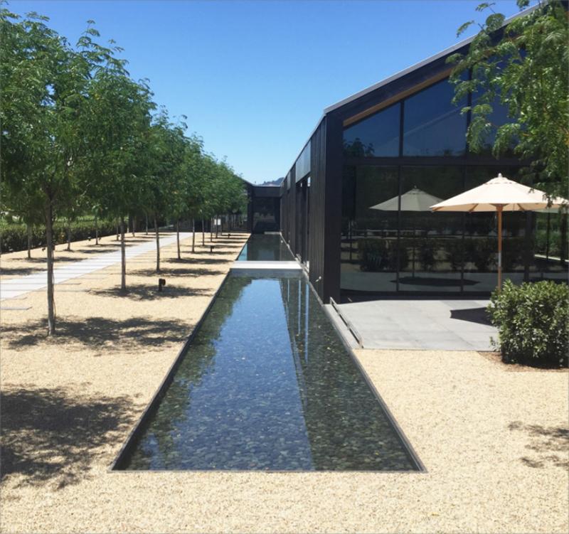 El diseño ha cuidado la imagen exterior del edificio integrando el edificio con parámetros naturales como el agua y la vegetación.