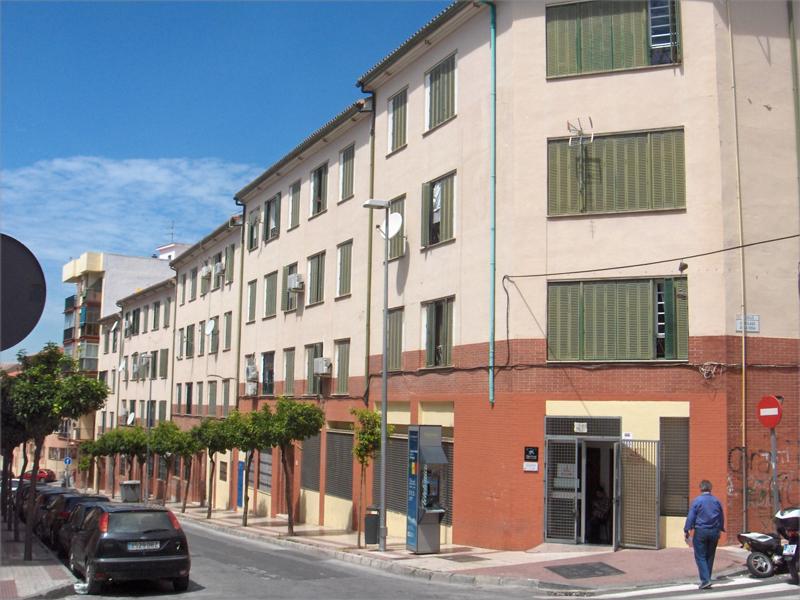 Las viviendas son titularidad de la Agencia de Vivienda y Rehabilitación de Andalucía (AVRA), y se sitúan en la calle Cruz Verde de Málaga.