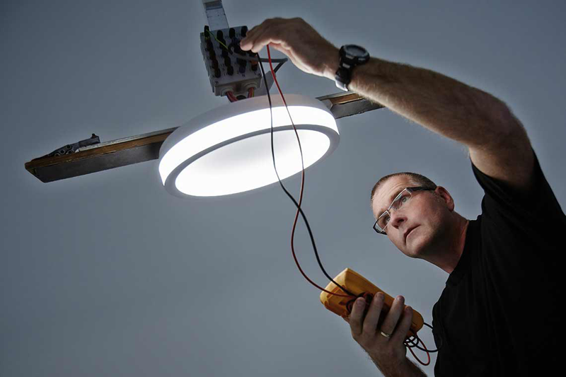 Controlar la iluminación con sensores de luz diurna y detectores de presencia promete ahorros en el consumo de energía.