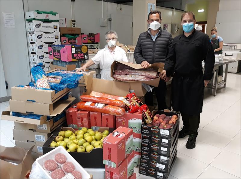 El responsable de las Canteras Mecánica Cárcaba (que pertenece a Hanson-HeidelbergCement) hace entrega de los alimentos a los responsables de la Asociación Benéfica Cocina Económica de Oviedo.