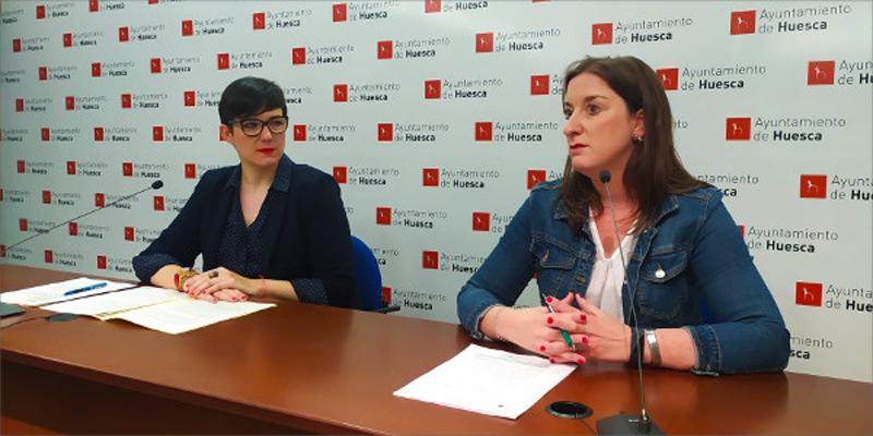 La concejala de Urbanismo del Ayuntamiento de Huesca, María Rodrigo (derecha), junto a la directora general de Vivienda y Rehabilitación, Verónica Villagrasa (izquierda)+, durante la presentación de las bases.