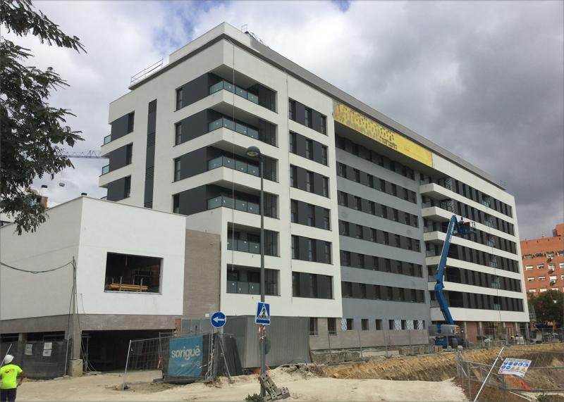 Residencial Argos se caracteriza por sus grandes ventanales, acabados de alta calidad, y su compromiso con el medioambiente y la edificación sostenible.