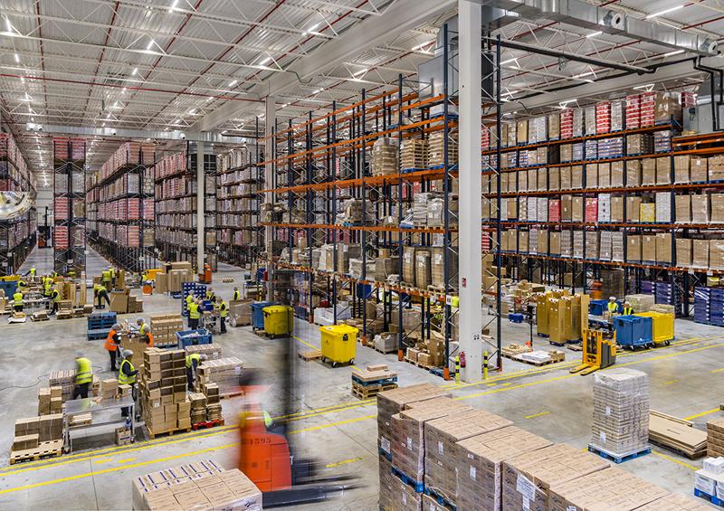 Zona de almacén de la nave logística de Grupo Carreras iluminada con las soluciones de Trilux.