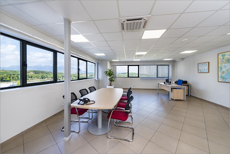 Para los espacios de oficinas se escogió como solución los paneles de luz G2 LED de Trilux.
