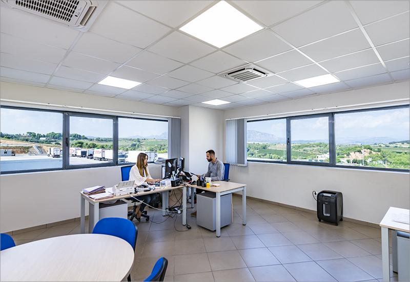 Iluminación en las oficinas de las instalaciones de Grupo Carreras.