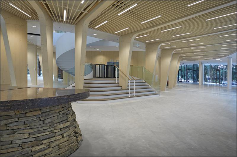 La madera predomina en el interior del edificio, denominado como 'una catedral de madera' por su arquitecto, Thomas Rau.