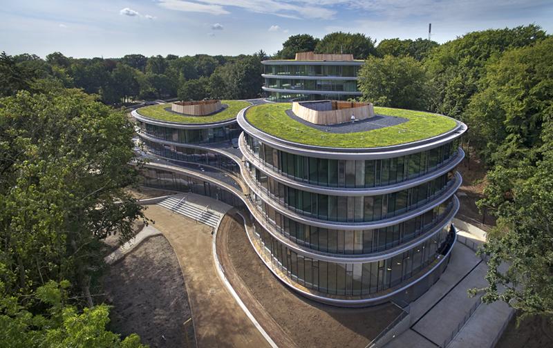 La sede de Triodos Bank cuenta con gran aprovechamiento de iluminación natural, ventilación cruzada, un elevado aislamiento térmico y acústico y grandes cubiertas verdes en las tres torres.