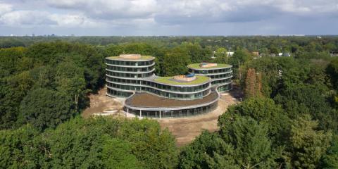 Desmontable, de madera y autosuficiente energéticamente, así es la sede de Triodos Bank en Países Bajos