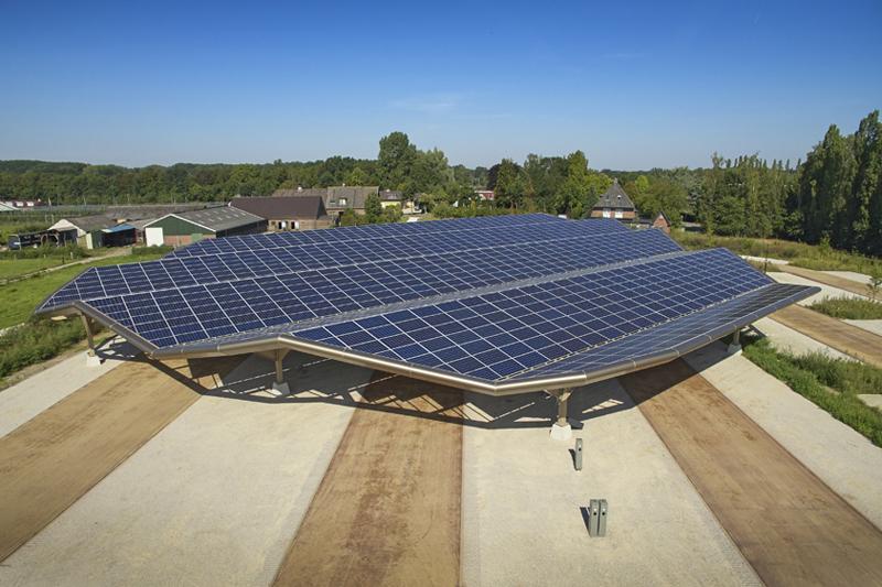 Los paneles solares en las cubiertas del estacionamiento proporcionan energía para el edificio y para cargar coches eléctricos.