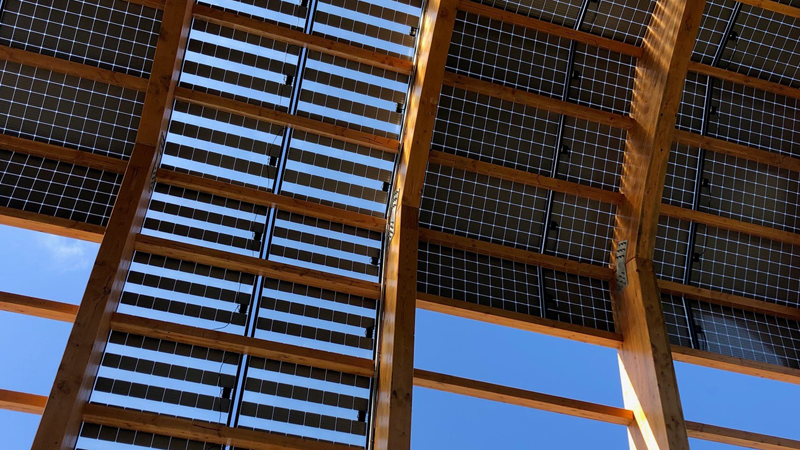 La pérgola fotovoltaica genera toda la energía que consume el edificio, y el excedente se vuelca a la red.