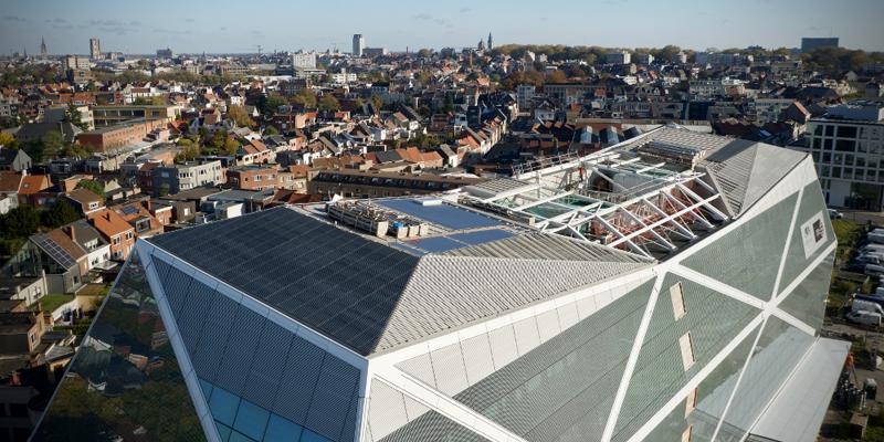 Imagen de la cubierta del edificio donde se han instalado placas solares sobre la solución de cubierta de Renolit.