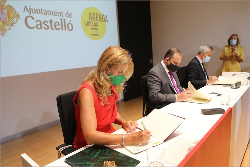 El ministro de Transportes, Movilidad y Agenda Urbana, José Luis Ábalos, la alcaldesa de Castellón, Amparo Marco, y el secretario general de Agenda Urbana y Vivienda, David Lucas, durante la firma del protocolo.