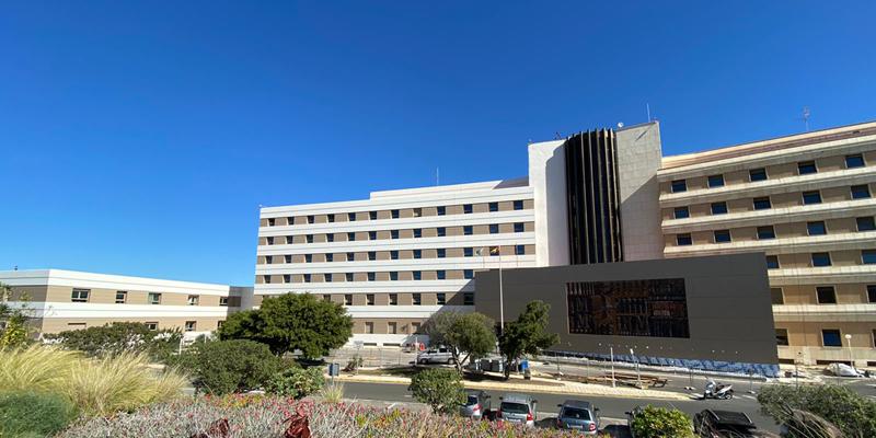 El Hospital requería de una rehabilitación en la fachada que otorgara confort térmico y acústico a los usuarios, eligiendo para ello la instalación de una fachada ventilada.